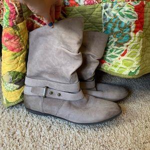Light grey fall boots.